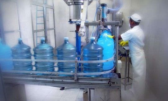 Enchimento e fiscalização da água mineral Lucema.