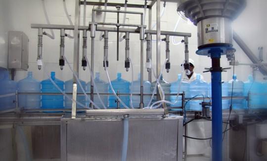 Enchimento e fiscalização. Água Mineral Lucema