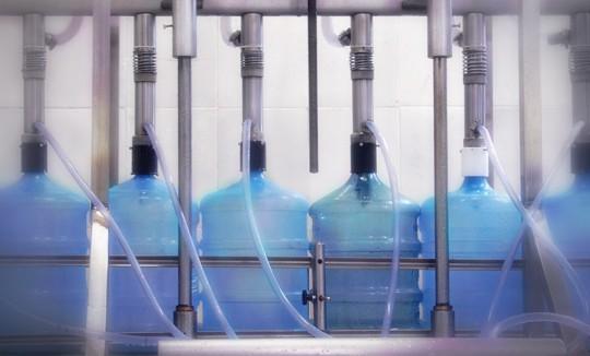 Processo de enchimento do garrafão de água mineral Lucema