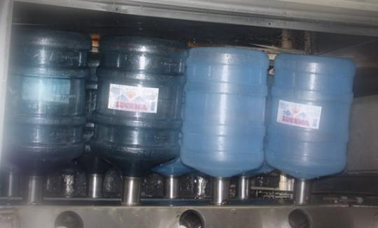 Lavagem de garrafões retornados - Água Mineral Lucema