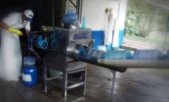 Pré lavagem de garrafões retornáveis - Água Mineral Lucema